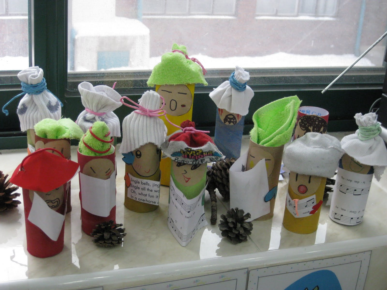 Crafts For Second Graders http://msssecondgradeclass.blogspot.com/2010/09/christmas-carolers-project.html
