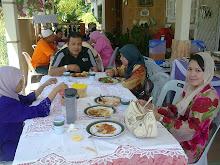 bersama rakan seperjuangan english... kak azah, dimajlis berendoi cucu hjh shamsiah