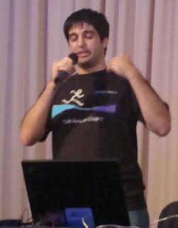 Imágenes de la charla de Rodrigo Gutiérres sobre Interoperabilidad, Open Source y Software Propietario