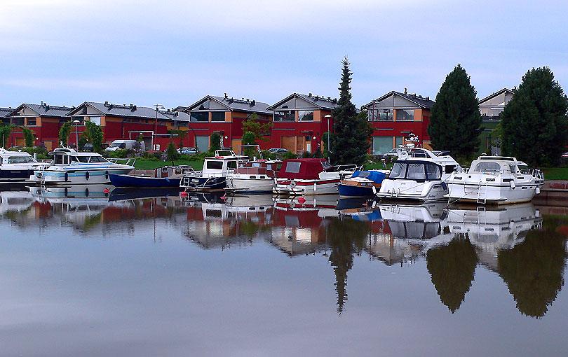 riu rio river porvoo finlandia barcos barcas vaixells vajeles navegar navegacio navegacion casa rojo vermell red