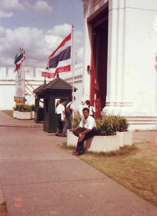 mejeng di istana raja Thailand