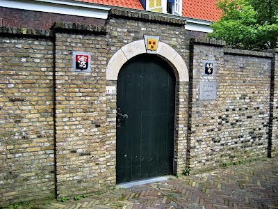 Aan weerszijden van het toegangspoortje bevinden zich twee kleine gevelstenen met de wapenschilden van Van der Goes en D'Oultremont
