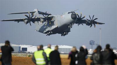 Avião militar europeu Airbus A400M inicia primeiro voo teste