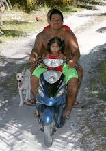 Famille sur l'atoll d'Hau