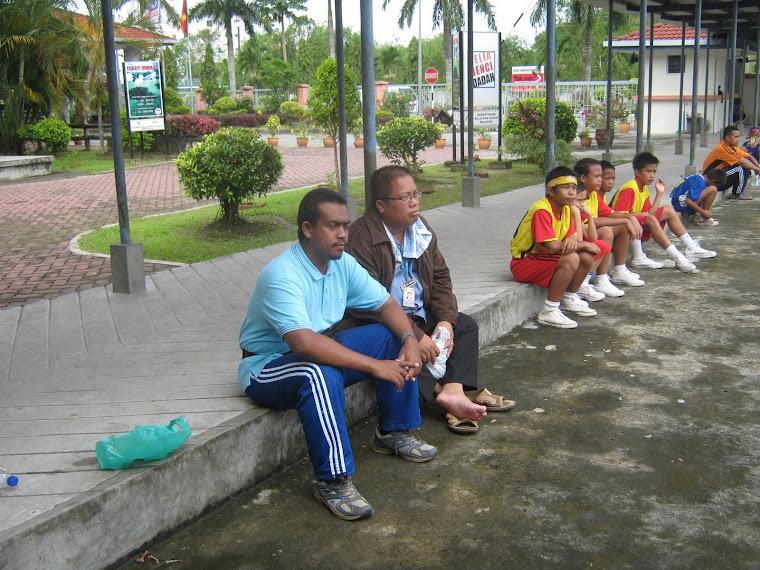 ENCIK POUL NANGGANG(Pengurus Daerah Subis) BERSAMA ENCIK WAN HAFIZI(Jurulatih) serta pemain lain.