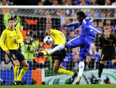 El robo de Stamford Bridge... o no? 0+barcelona+chelsea+essien+goal+shooting