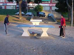 Taules de ping-pong a la Plaça de Joan Santamaría