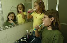 Se você deixa a torneira meio aberta enquanto escova os dentes, pode gastar 12 litros em 5 minutos.
