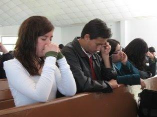 http://3.bp.blogspot.com/_BCoq6KTYayE/TGiKStGeBNI/AAAAAAAAABQ/41zdDvlzcJI/s320/oracion_rodillas.jpg