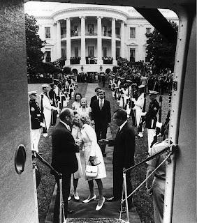 Nixon y su familia abandonan la Casa Blanca tras la dimisión del expresidente a causa del caso Waergate