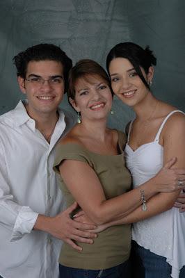 http://3.bp.blogspot.com/_BEic_j5OvHM/SdjT1MEcugI/AAAAAAAAFqU/mnaiTZwcRTo/s400/Carmen+Julia+Alvarez+junto+a+Carlos+Daniel+y+Daniela+Alvarado.JPG