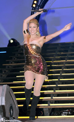 Shakira Sizzles in Paris Performance pictures