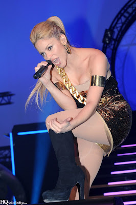Shakira Sizzles in Paris Performance new pictures