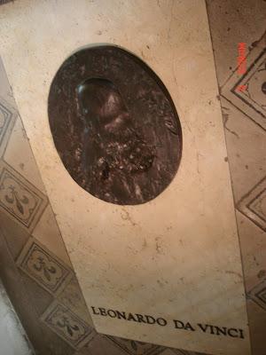Мемориальная доска на могиле Леонардо да Винчи