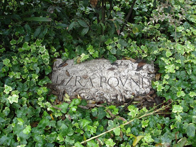 Надгробье на могиле Эзры Паунда