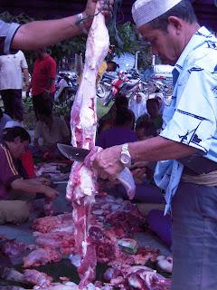 memotong daging