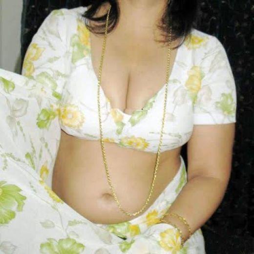Desi aunty busty boobs & naval show