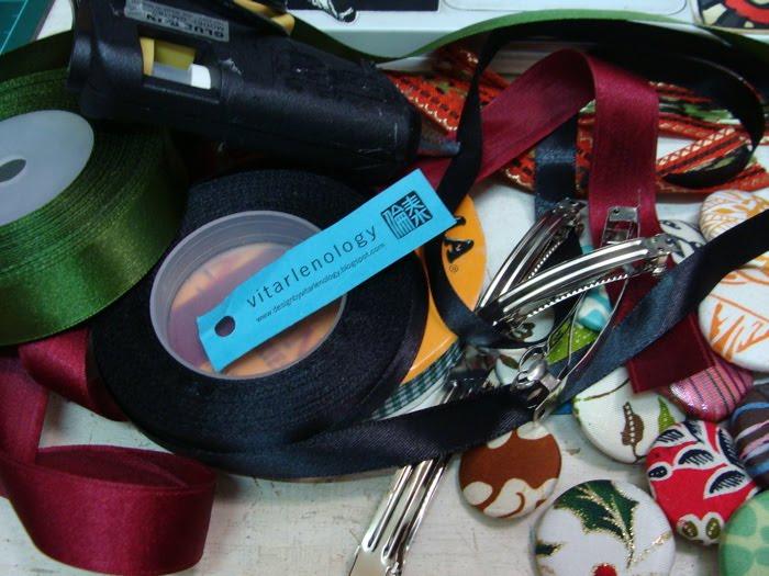 Bahan yang dibutuhkan: pita-pita, jepit rambut, lem (bisa lem uhu atau
