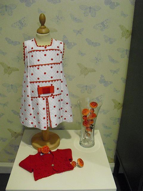 Me parece muy elegante y favorecedor este vestido de niña en piqué ...