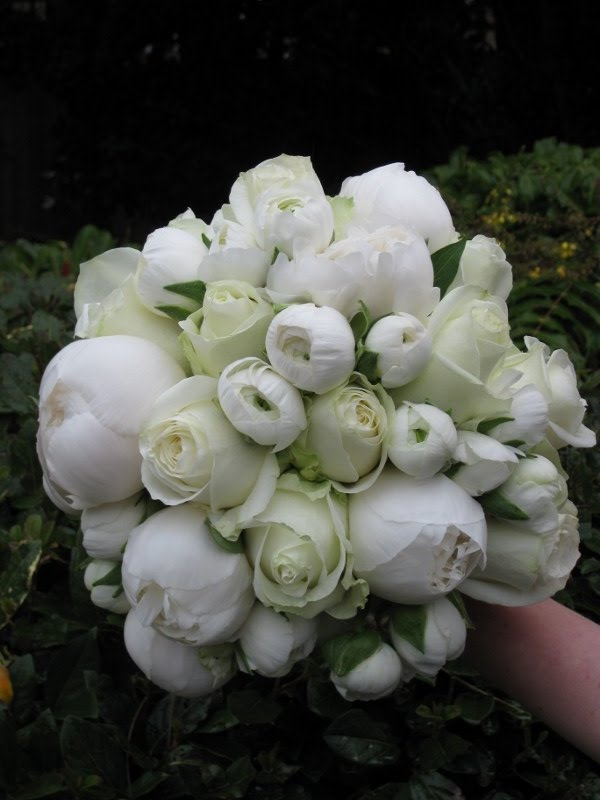 Tolu S Bouquet Of Seasonal White Peonies Gorgeous Ranunclus And Ranunculus Buds With Avalanche Roses