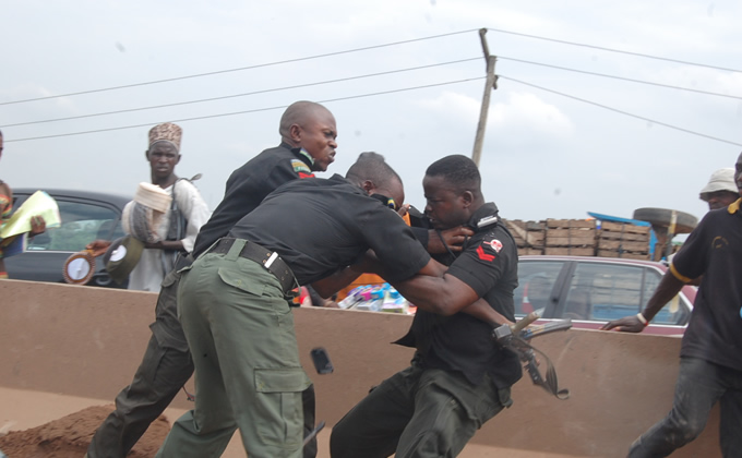 FISTS FOR ALL AS NIGERIAN POLICEMEN FIGHT OVER BRIBE MONEY?