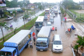 Traffic held up by minor floods on the Phuket airport road