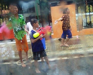 kids playing with water pistols on Songkran day