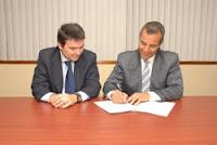 Germán Granda y Roque Morán firmando el convenio