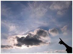 Mira el cielo... Olha o céu...