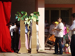 Nika y sus alumnos de teatro