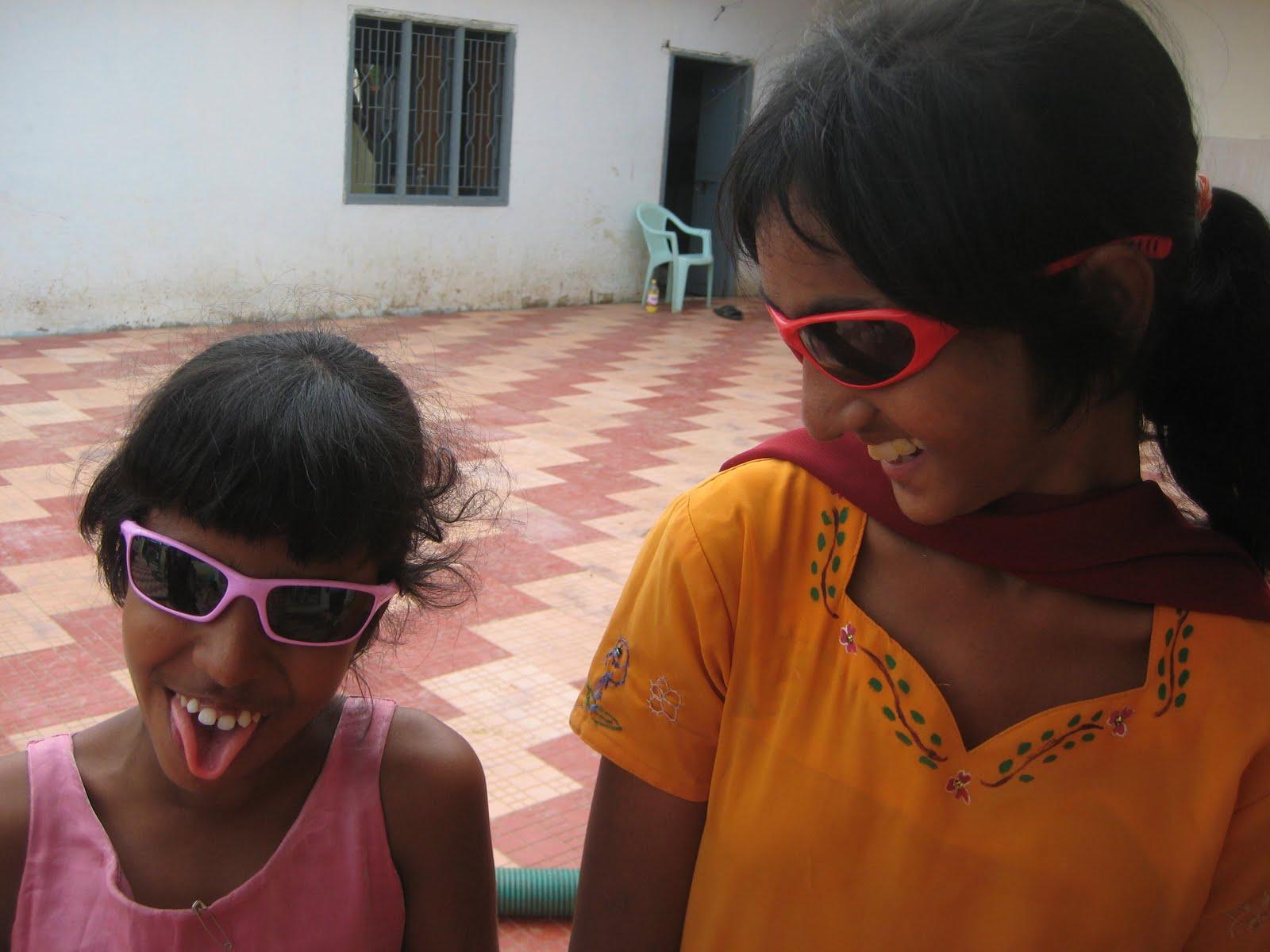 http://3.bp.blogspot.com/_BllI3e-E_x8/S_gZWJrkeCI/AAAAAAAANkU/kxv0vVhDy1k/s1600/may22-sunglasses.jpg