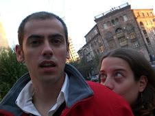 Parrulos enamorados por las calles de Ereván
