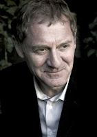 اندرو موشون شاعر البلاط الملكي البريطاني (1999-2009)