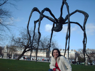 Frente a la escultura maman en Paris
