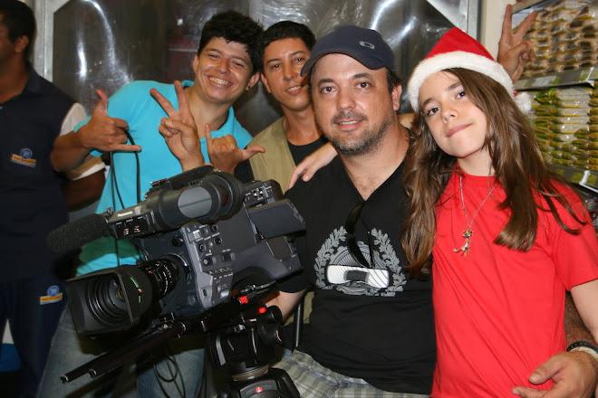 Atuação de minha filha no comercial de Natal da Rede Econômica, atrás dois papagaios de pirata.