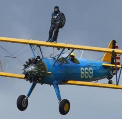 A los 89 años de edad, sobrevoló y cruzó el Canal de la Mancha atado en el ala de un avión