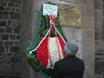 Dr. Edgar Montiel, Jefe de la Sección de Políticas Culturales de la UNESCO, con ofrenda floral a depositarse en la cripta del Inca Garcilaso
