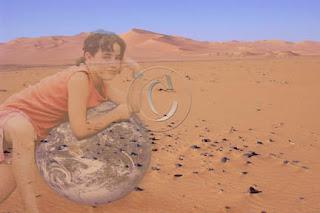 montage photo d'une enfant sur la Terre dans le desert