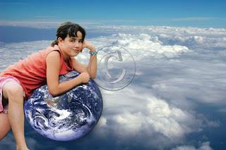 photomontage d'une enfant sur la Terre sur les nuages