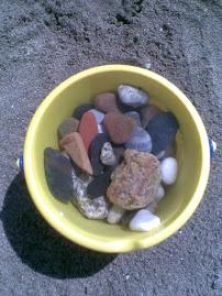 Cubo y piedras
