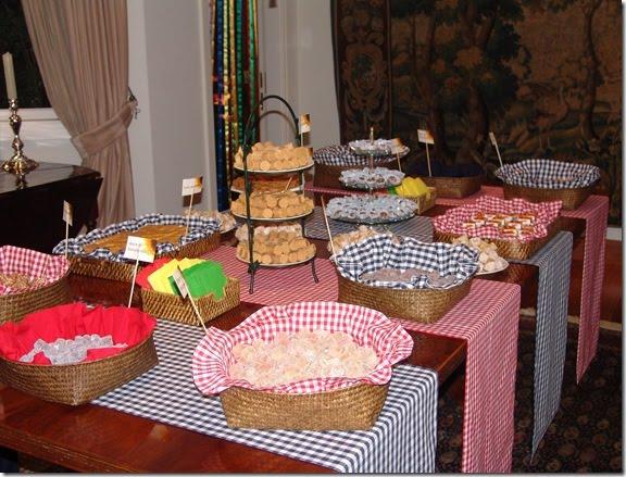 Nesta mesa você usa cestos de vime e um guardanapinho xadrez que pode