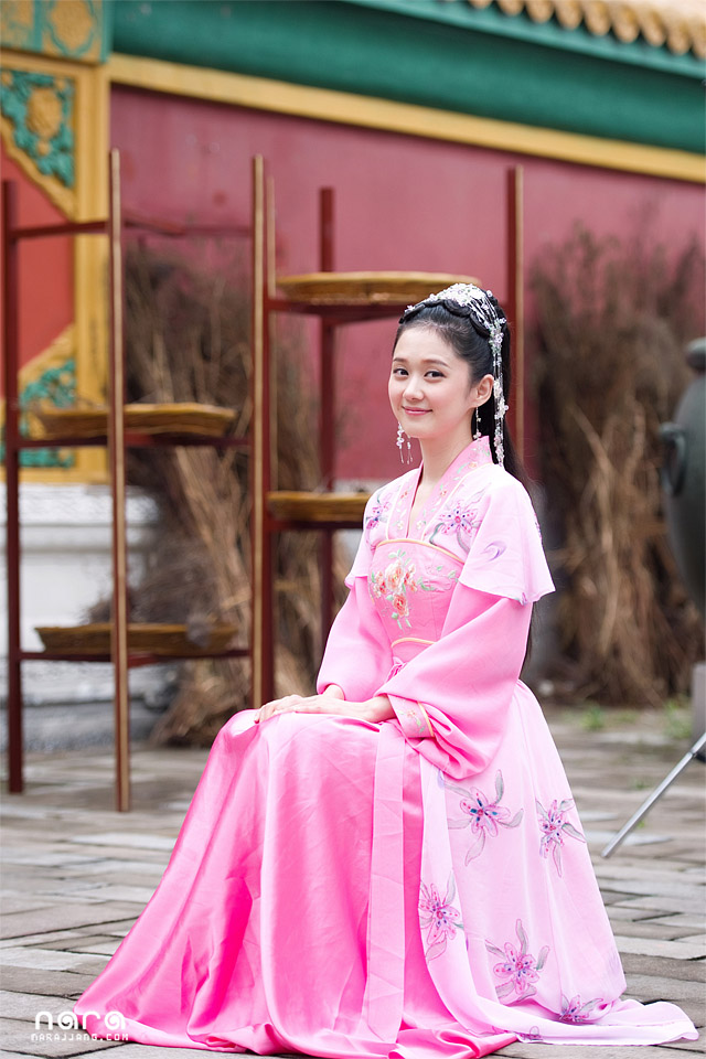 Image: Actress Jang Na Ra elegantly sitting for her role in