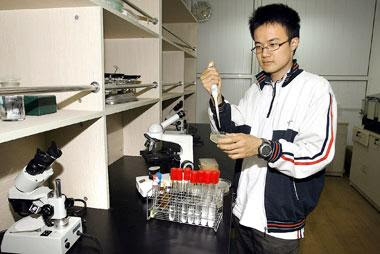 Guo Haijun in the lab at Luwan Senior High School.