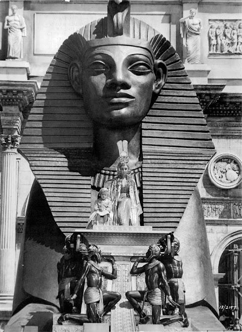 Cleópatra, no centro da esfinge egípcia, a mulher mais linda que já nasceu: Liz Taylor