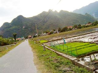 Nhin tu khach san o Mai Chau. View kha dep :-)