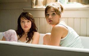 Emily Browning y Arielle Kebbel en Presencias extrañas