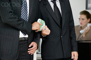Foto Homem aceitando suborno