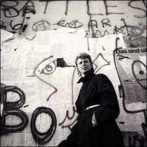 Une visite de Liverpool et de Berlin en compagnie de David Bowie et des Beatles. dans guerre froide / relations internationales bowieberlinwall