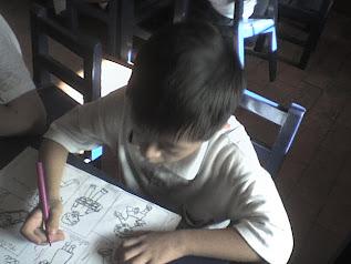 Niño pintando a la familia