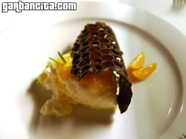 Panal de chocolate con miel de romero y nube de limón